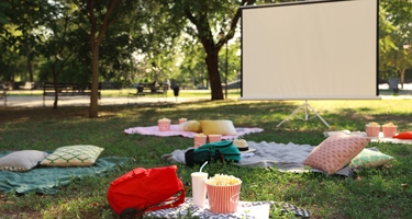 Create an Outdoor Space_Backyard movie theater